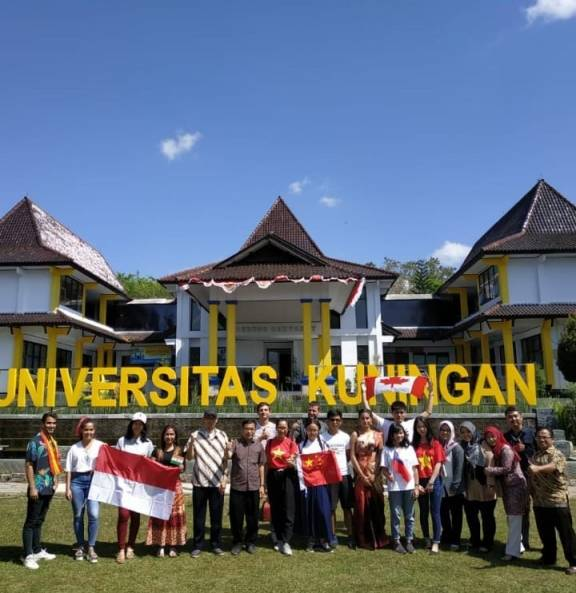 "Meriahnya ""Global Village"" di Uniku"