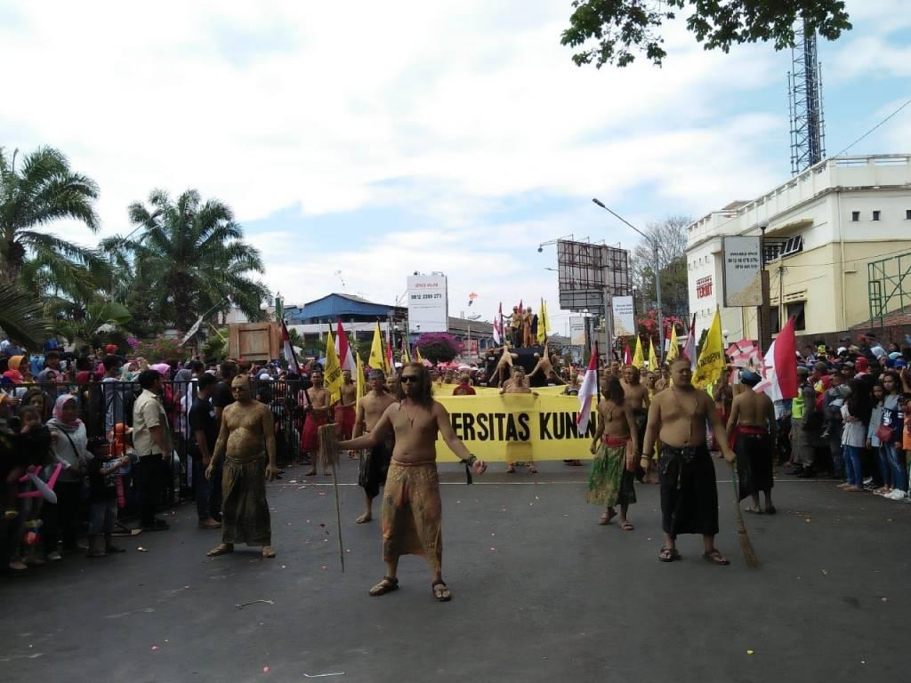 """Karnaval Budaya Hari Jadi Kuningan ke-520, Uniku Tampilkan Teater Jalanan """"Manusia Tanah Air"""""""
